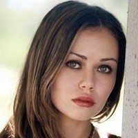 Kira Underlay played by Alexis Dziena